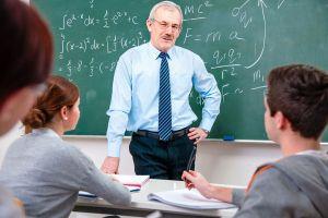 Profesor frente a un grupo de alumnos enseñando una lección de valorarse