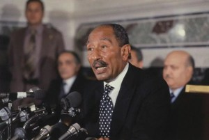 El presidente egipcio Anwar Sadat pronunciando un discurso histórico en la Knesset israelí