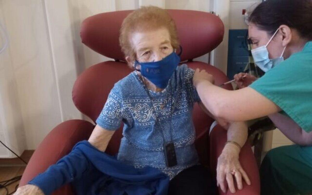 """La primera sobreviviente del Holocausto en recibir la vacuna Covid-19 ha implorado a la gente que haga lo mismo, diciendo """"Nos está dando vida"""""""
