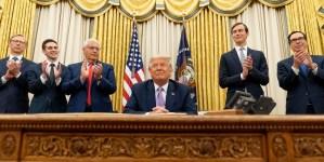 El presidente Donald Trump junto a funcionarios de su gobierno