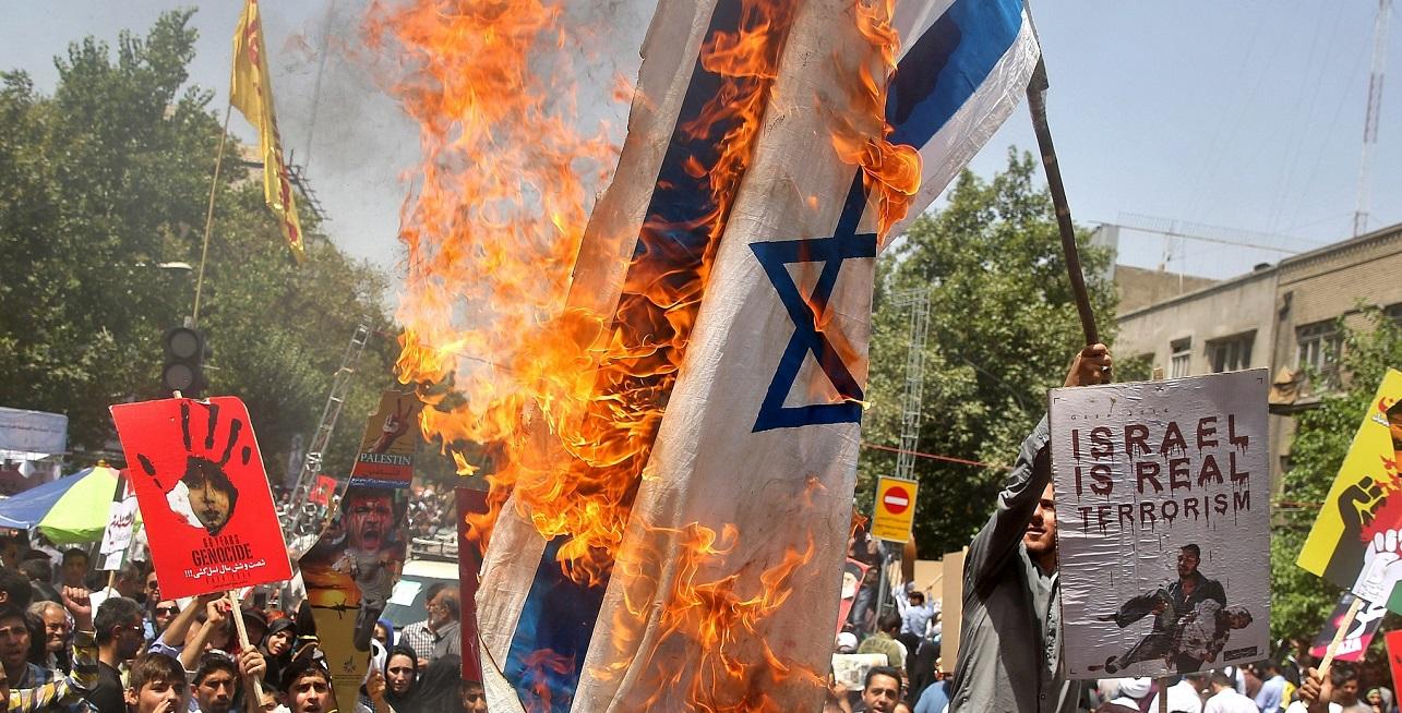 Bandera de Israel es quemada durante una manifestación