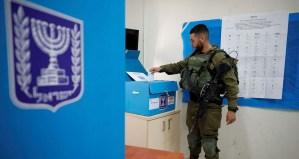 Soldado votando en una estación de voto en Israel
