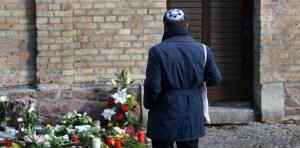 Un judío frente a la sinagoga de Halle en Alemania