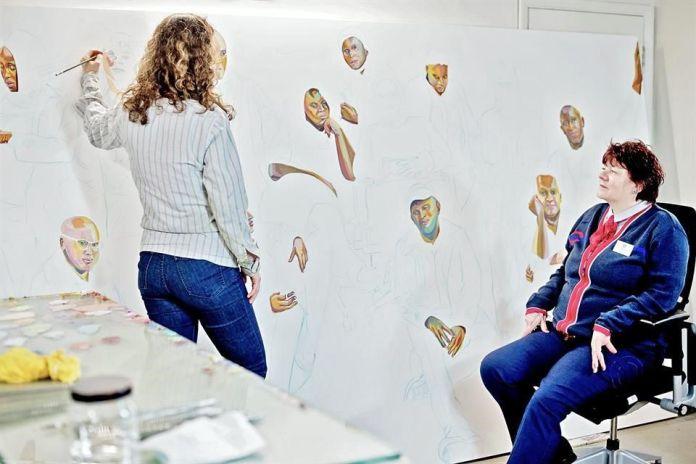 La pintora judía mexicana Aliza Nisenbaum trabajando en un retrato grupal para dedicado a personal de salud para Tate Liverpool