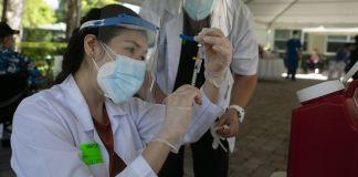 Enfermera prepara inyección de vacuna contra COVID-19