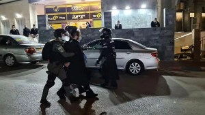 Policias con un ultraortodoxo detenido en Bnei Brak
