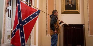 Simpatizante de Donald Trump con una bandera confederada en el Capitolio