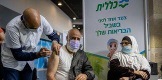 Israelí siendo vacunado