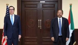 El funcionario estadounidense Steven Mnuchin y el primer ministro de Sudán Abdalla Hamdok