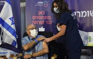 Un ciudadano israelí recibe la vacuna contra COVID-19