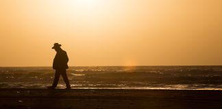 Judío caminando en la playa