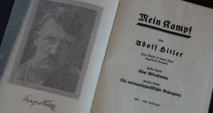 """Publican edición académica de """"Mein Kampf"""" de Adolf Hitler en Polonia esta semana por primera vez, y lo llaman """"un homenaje a las víctimas""""."""