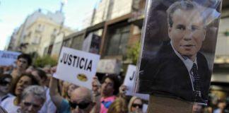 Alberto Nismanfue hallado muerto el 18 de enero de 2015 en el baño de su casa, un día antes de presentar una denuncia contra Cristina Fernández de Kirchner