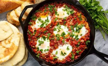 Shakshuka es un delicioso desayuno típico israelí, que también se puede comer como almuerzo o incluso como cena.