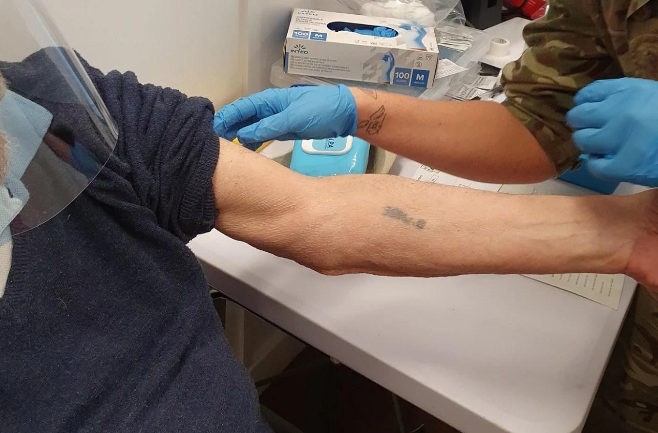 Sobreviviente del Holocausto es vacunado contra COVID-19
