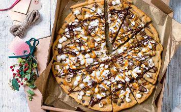 Esta Pizza de galleta con chispas de chocolate es una forma creativa de disfrutar de un clásico de antaño con un novedoso toque.