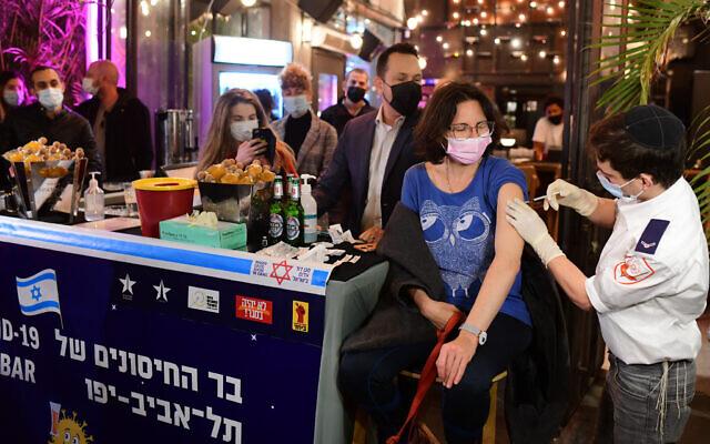 Gente vacunándose en un bar