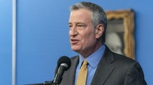 rostr de un hombre con pelo gris, de traje, habla frente a un micrófono