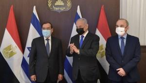 Benjamín Netanyahu con el ministro de Energía de Egipto