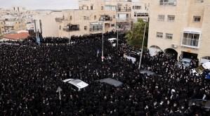 Ultraortodoxos en un funeral en Israel