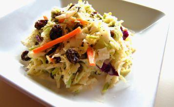 La ensalada de col con pasas es un plato que consiste en col rallada, zanahorias, pasas y algunas otras verduras mezcladas con mayonesa.