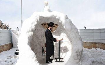 jaredí reza en iglú de nieve en Jerusalén