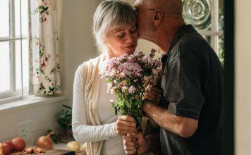 Amor no es enamoramiento. El amor no debe verse como un sentimiento espontáneo que te sucede o no te deja de suceder. Amar es un acto voluntario.