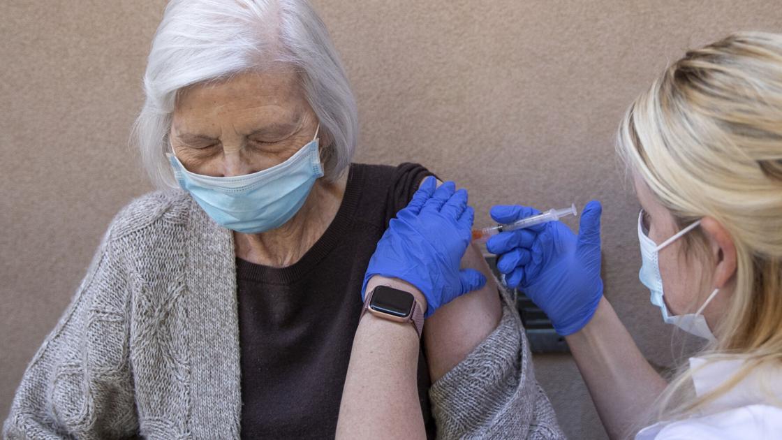 Revela un estudio que las vacunas Pfizer y AstraZeneca son altamente efectivas para reducir las infecciones por COVID-19 entre las personas mayores de 70 años