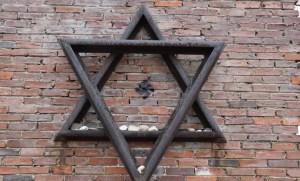 Un monumento que conmemora a las víctimas del gueto de Częstochowa ha sido vandalizado con simbolismo y referencias nazis en Polonia