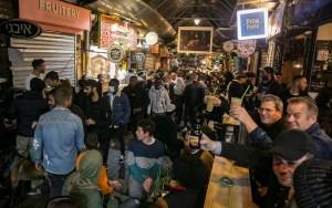 Los israelíes han regresado en masa a restaurantes, bares y cafés en los días desde que se les permitió reabrir luego de un año