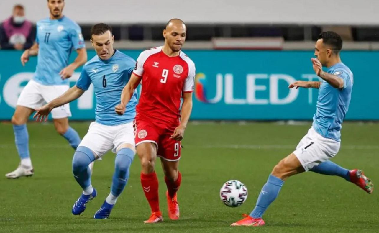 Jugadores de la selección de Israel y Dinamarca