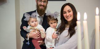 Pareja de personas judías con dos bebés en Islandia