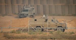 Vehículos militares israelíes cerca de la frontera con Gaza