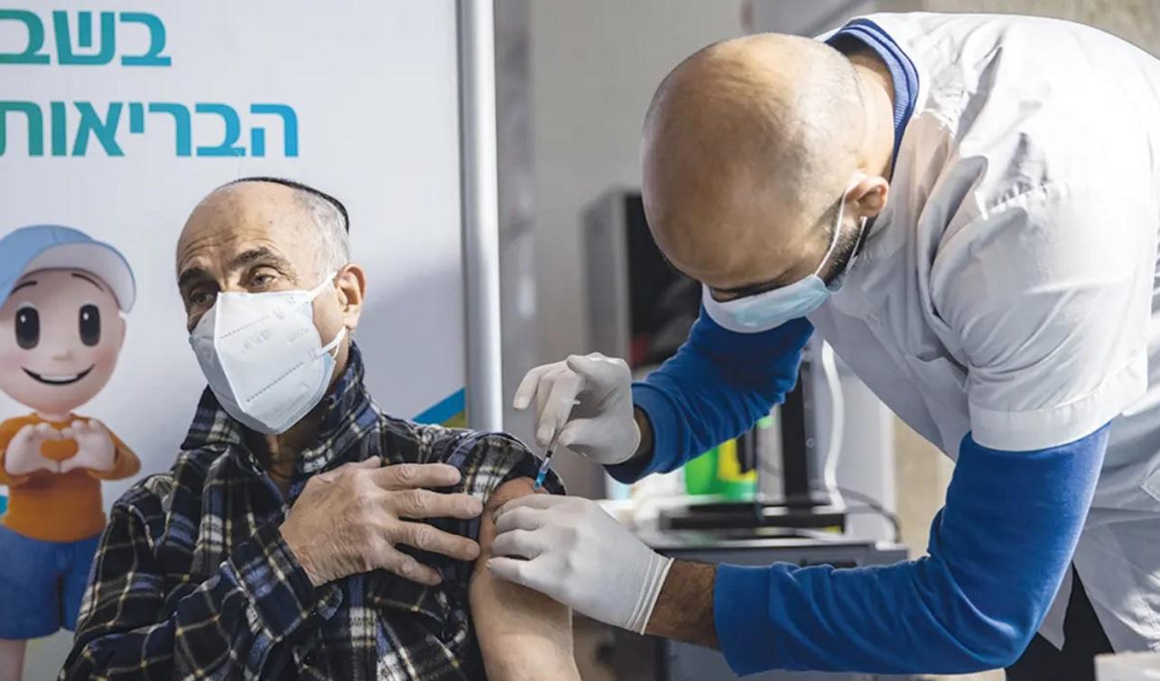 Israelí siendo vacunado contra COVID-19