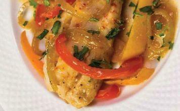 Esta receta de pescado sefardí escalfado en salsa de pimiento es versátil y se puede servir como plato principal para el almuerzo de Pésaj