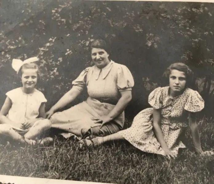 Eva con su hermana y su madre