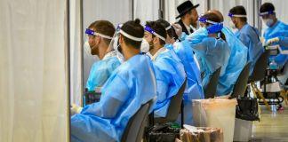 Personal de laboratorio en el Aeropuerto Ben-Gurión de Israel