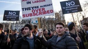 Manifestantes en una protesta contra el antisemitismo
