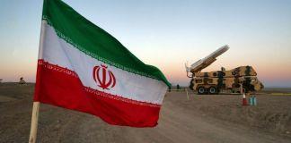 Bandera de Irán junto a un vehículo militar