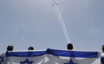 Israelíes con una bandera de Israel