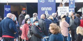 Israelíes en una fila para vacunación