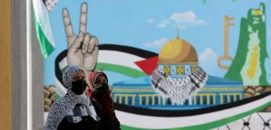 Mujeres palestinas frente a mural