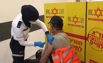 Palestino siendo vacunado