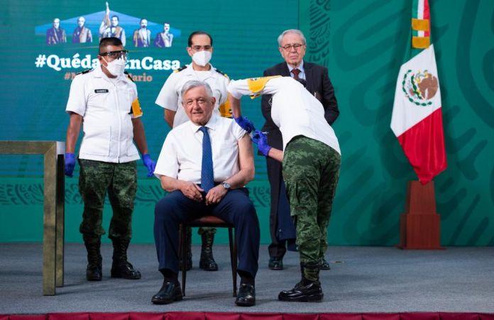 El presidente mexicano recibió la vacuna AstraZeneca