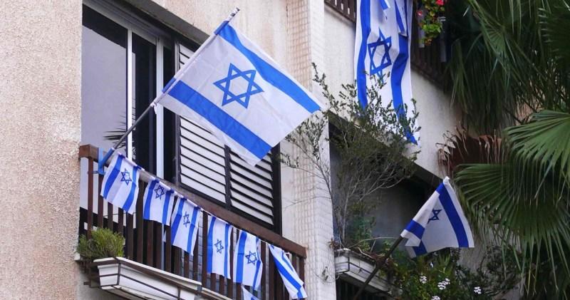Banderas de Israel en un balcón