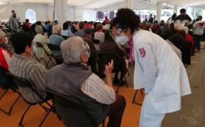 Adultos mayores en sede de vacunación de la Ciudad de México