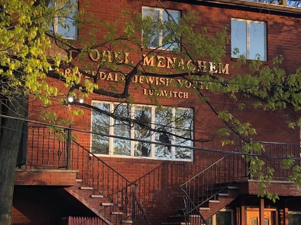 Un vándalo rompió ventanas en Chabad-Lubavitch de Riverdale, Nueva York, en una serie de ataques a las sinagogas del área que comenzaron el 24 de abril de 2021. Un sospechoso solitario ha sido arrestado en la juerga.