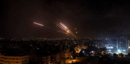 Gaza descarga cohetes al sur, FDI golpea posiciones clave de Hamas