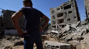 Palestino frente a un edificio destruido en Gaza