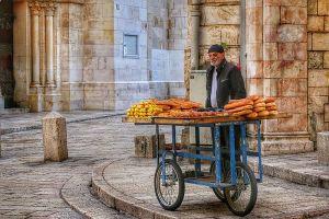 señor vendiendo pan en calle de Jerusalén